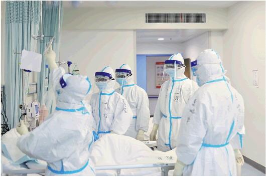 山东省援助湖北医疗队队员在病房交班,交代病情。□李洪振 逄春阶 报道