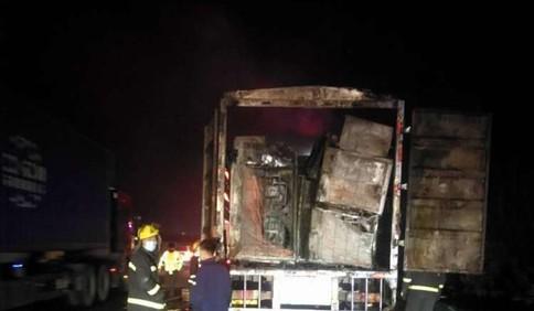 4日凌晨一货车在胶州湾高速上起火 50万元货物付之一炬