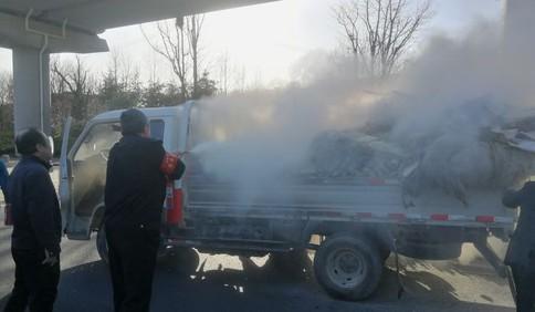 青岛一满载易燃硬纸壳的货车起火 交运温馨巴士员工挺身而出展开救援