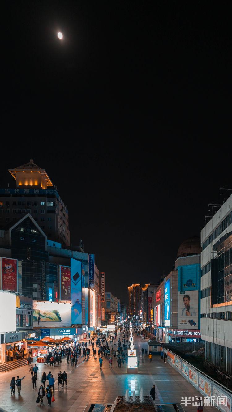 散步遛彎、聽海觀燈、購物品美食 青島正從疫情中醒來