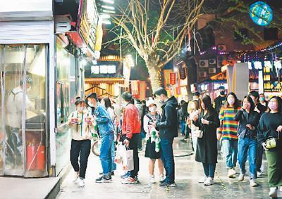 济南市民在宽厚里特色商业街逛夜市。