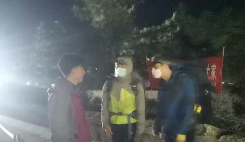 森林高火险期内 仨背包客夜闯崂山打算在景区露营