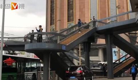[视频]青岛中山路过街天桥将拆 成新晋网红打卡地