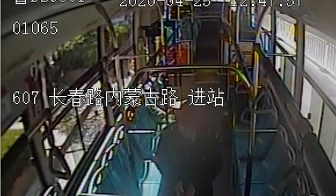 青岛607路驾驶员任锡祥:绿化带起火情况紧急 拿起灭火器迅速灭火
