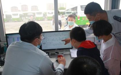 红岛巴士组织孩子们来爸爸妈妈工作的公交场站 过...