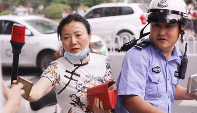 青岛一考生要进考场发现没带健康码 交警载家长顺利将手机送到其手中