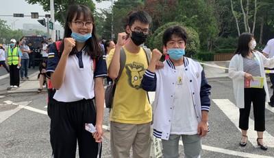 """出国""""错过""""高考 青岛二中六位学子赴考场为同学加油"""