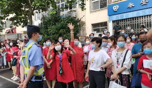 青岛十六中考点:妈妈的旗袍老师的红衣一样不少 准大学生专程赶来感受高考氛围