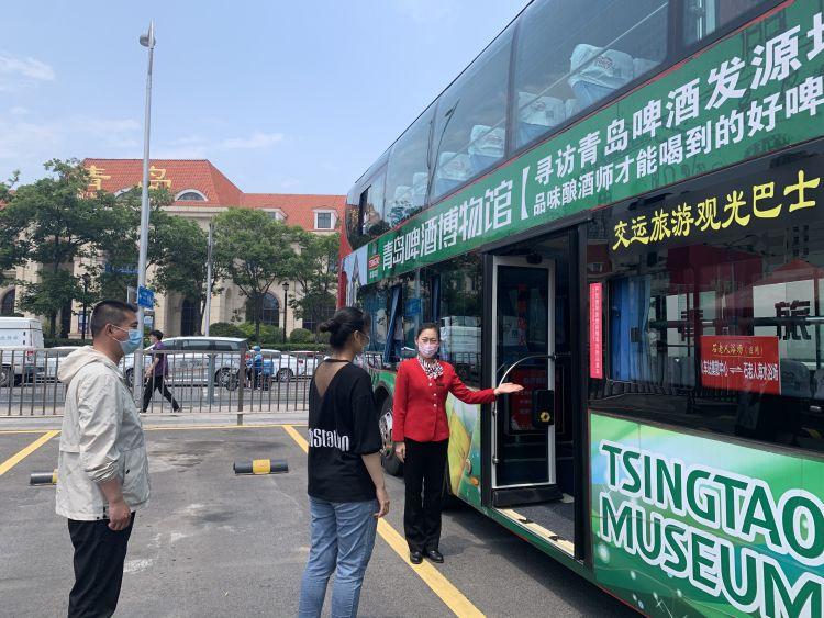 """青岛双层旅游观光巴士开通啤酒节专线 助力市民前去""""嗨皮"""""""