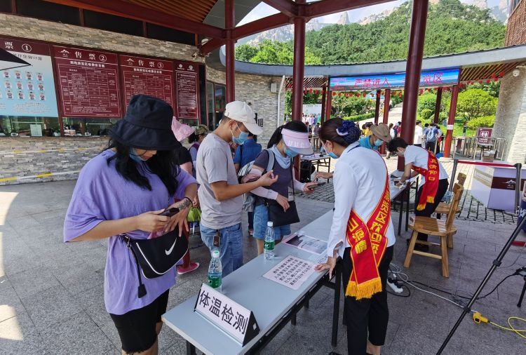 """免门票服务""""不打折"""" 崂山风景区免票首日迎来客流高峰"""
