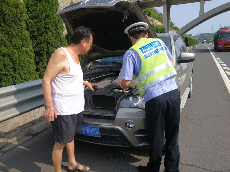 """车辆在高速路上""""开锅"""" 青岛交警加水""""解渴""""急救助"""