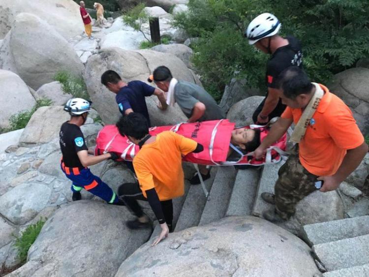 男子穿拖鞋爬崂山攀石摔伤腰部 救援队紧急救助