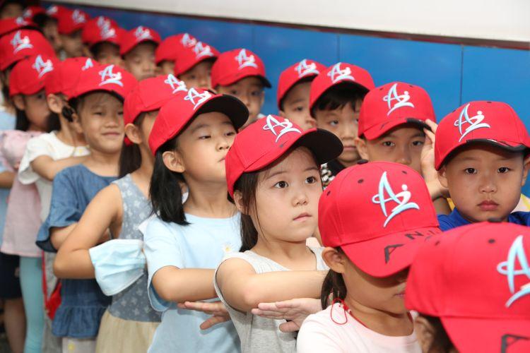 小红帽|安全小红帽、梦想护照、个性卡牌……报到日鞍山二小豆丁收到暖心开学礼
