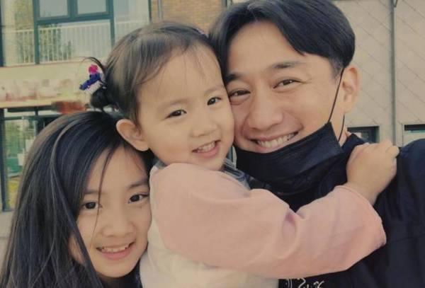 黄磊孙莉送三娃上学后享二人世界,感叹:开学真好!