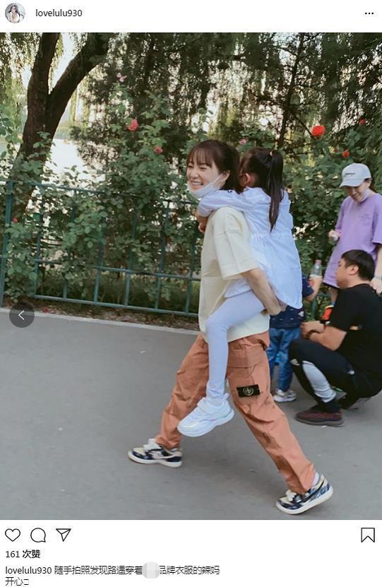 李小璐背着女儿一脸甜笑 甜馨大长腿抢镜长高不少