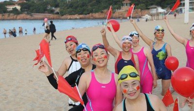 第一海水浴场:下海游泳 为祖国庆生