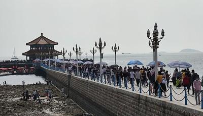 假期第一天 青岛栈桥人从众