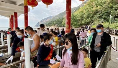国庆第三天 崂山风景区迎来长假首个客流高峰