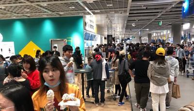 十一长假 青岛宜家迎来逛商场的客流高峰