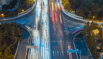 澳柯玛立交桥:车辆川流不息