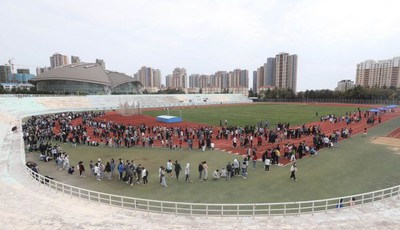 青岛大学:学生在操场上有序排队接受检测