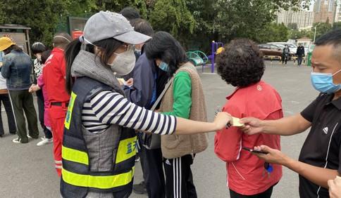 """市北区蓝天救援中心志愿者助力核酸检测 分发小纸条成提速""""神器"""""""