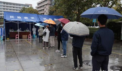 崂山区惠都社区居民雨中排队等待核酸检测秩序井然