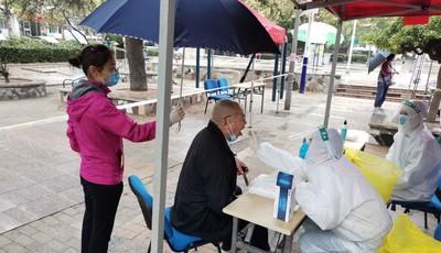 八大湖公园广场:雨中为我撑伞 这次核检真暖心
