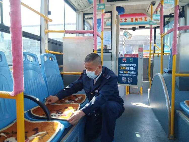立冬到了 青岛市北巴士319路爱心坐垫暖人心