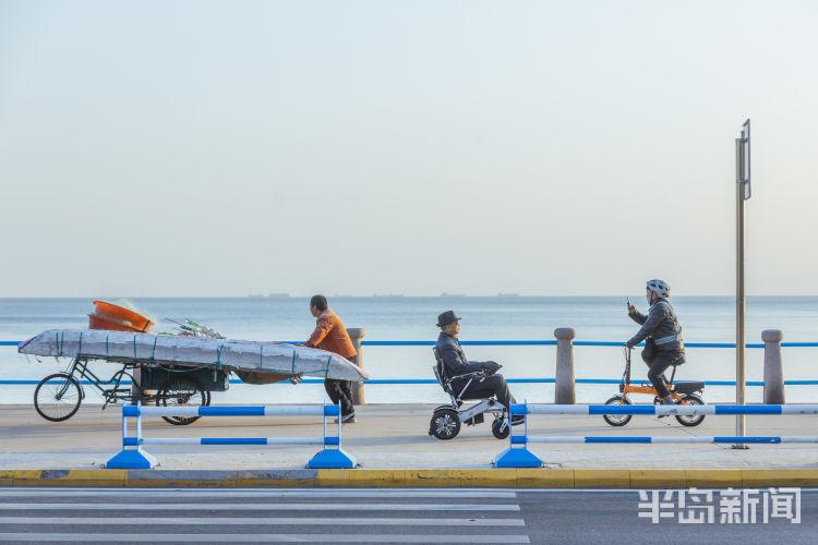 寻常的美好 周末市民在青岛音乐广场海边休闲放松
