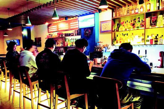 青岛夜经济新业态:杯酒微醺 惬意间欢笑放空 青岛经济技术开发区属于哪个区