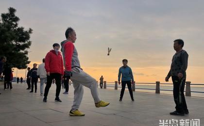 美好的一天从运动开始!青岛音乐广场附近海边不少...