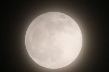 青岛夜空现半影月食天象 美轮美奂