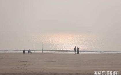 青岛雾蒙蒙 建议敏感人群在污染时段减少户外活动...