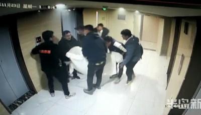 青岛:高层起火困住邻居 27岁小伙拎起消防斧破门救人