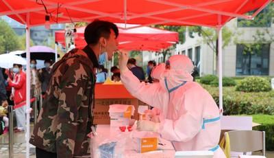 青岛蓝谷管理局对区域高校、科研院所、企事业单位、建筑工地迅速开展核酸检测工作