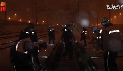 """[视频]跨年寒潮!为保行车设备安全 青岛""""铁路人""""上岗待命"""