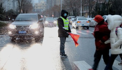 青島發布道路結冰橙色預警 冰雪路面行車這些要注意