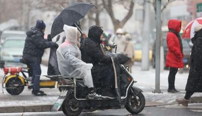 降雪给青岛交通带来考验 早高峰开车悠着点