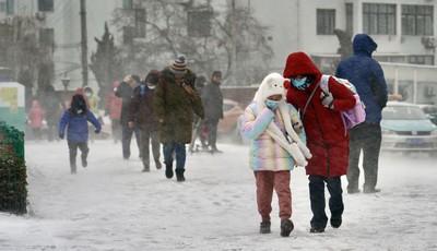 青島早高峰擁堵嚴重,風雪中這一幕很暖……