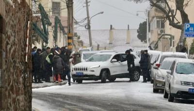 """青岛老城区道路结冰多辆车辆失控拥堵 警民联手""""雪地大营救"""""""