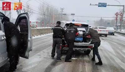 【視頻】跨年寒潮:凌晨除冰鏟雪 這些推車身影真帥!