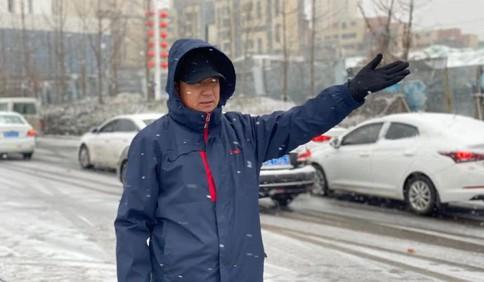 雪天道路擁堵 有私家車試圖橫穿城陽電車軌區!軌道巴士公司發出緊急提醒