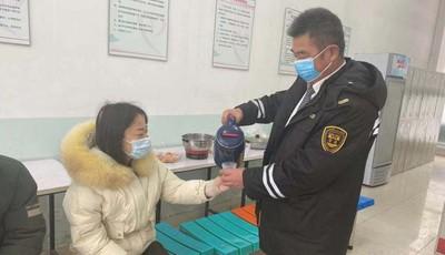 """青島迎來大規模降雪 """"溫馨候車小屋""""為乘客出行增溫加碼"""