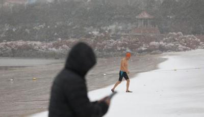 青岛第一海水浴场:雪天冬泳 成独特风景