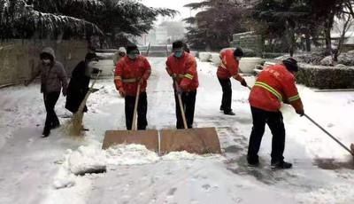 即墨1100余人清雪队伍 撒播180吨融雪剂为出行提供便利