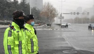 嶗山轄區普降暴雪 交警全力應對惡劣天氣保障道路安全
