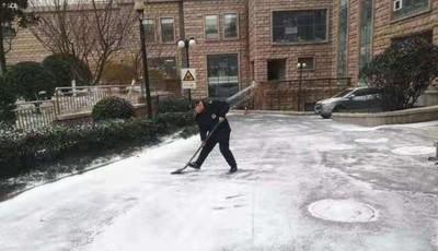 青島珠海路街道:以雪為令 掃出一條安全路