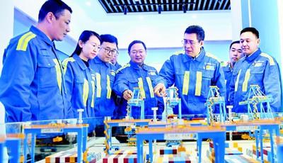 """中国智慧港口的""""拓荒人"""" ——记山东港口青岛港连钢创新团队"""
