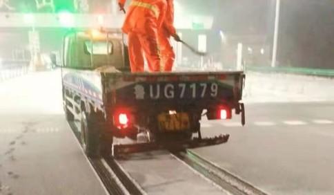 人员机械齐上阵清雪除冰 青岛普通国省道已基本畅通